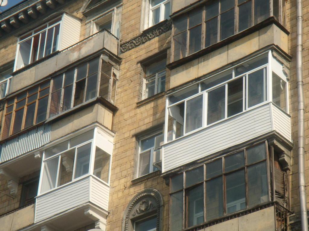 Застеклить балкон дешево